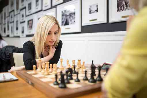 La championne d'échecs des Etats-Unis 2018 Nazi Paikidze en pleine concentration dans sa partie