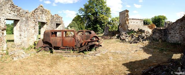 Resti di automobili dopo il massacro di Oradour sur Glane