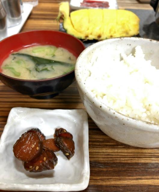 セットのご飯と味噌汁とデザート