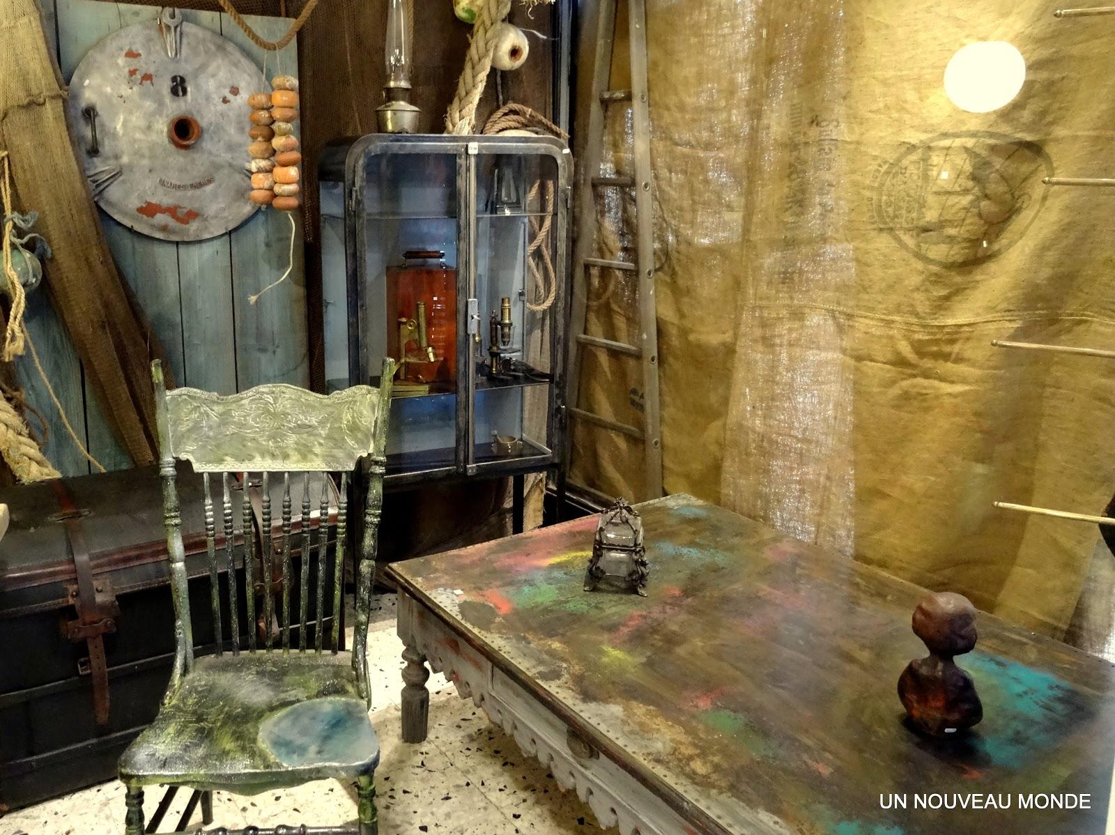 brocante d coration un nouveau monde vitrine de m decin en m tal ann es 30. Black Bedroom Furniture Sets. Home Design Ideas