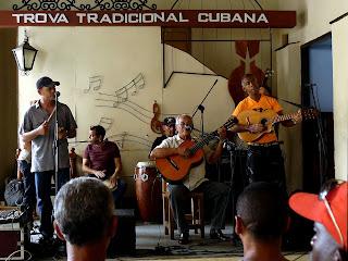 Santiago de Cuba, Casa de Trova, Son-Band bestehen aus Sänger, Bongospieler, Gitarre, Tres, Congas.
