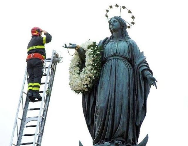 Bombeiro deposita coroa de flores na coluna da Imaculada em Roma