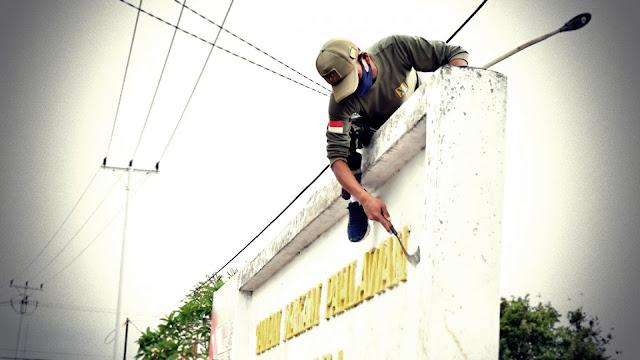 Wurjanto dan Prajurit Lantamal XI Gelar Bersih Lingkungan di TMP Trikora Merauke.lelemuku.com.jpg