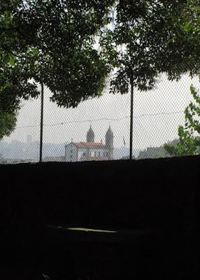 vista das cúpulas de uma igreja através de grades