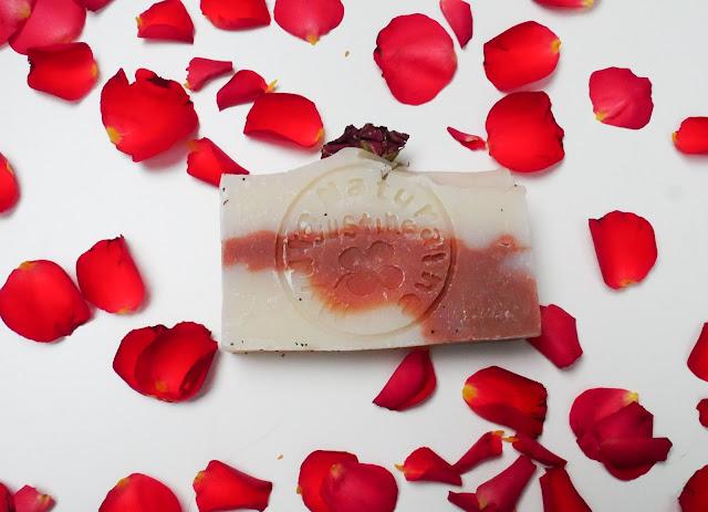 Różane mydełko ma naturalny skład i nie jest testowanie na zwierzętach