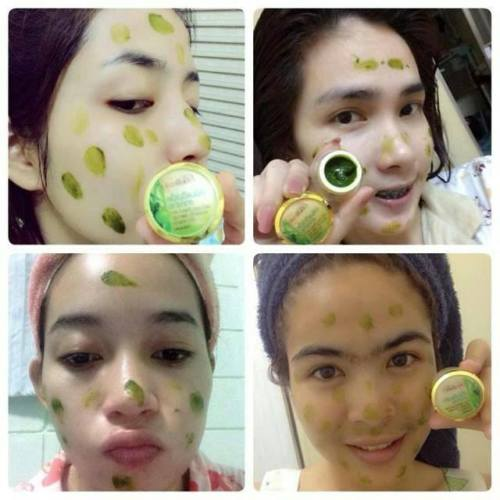 Belleza Spirulina Apple Cream merupakan krim wajah buatan Thailand yang diformulasikan untuk mewujudkan mimpi anda yang memiliki wajah berjerawat menjadi memiliki wajah bersih, putih tanpa noda apapun di wajah. Cream ini sehat dan aman dipakai karena terbuat dari bahan utamanya yaitu apel. Buktikan khasiatnya hanya dalam 5-10 hari, anda akan takjub dengan perubahannya :)  HARGA: 70G 1 PCS RM30 S/M..RM35 S/S..FREE POSLAJU >>Whatsapp 0179187686  Fungsi Belleza Spirulina Apple Cream: 1. Menghilangkan jerawat 2. Menghilngkan bekas-bekas jerawat 3. Menghilangkan flek-flek hitam di wajah 3. Memutihkan dan mencerahkan wajah 4. Mengecilkan pori-pori wajah 5. Mengencangkan wajah  Bahan: Aqua, Simmondsia chinensis (Jojoba) MINYAK Apel  Seweed Extract, Gliseril Steerate SE, Gliserin  Asam stearat, Gliseril monostearat, Phenyl Trlmethlcone  Carnauba Wax, tokoferil asetat, Fenoksietanol  Disodlum EDTA, Sodlum Matabisulflte, Lumiskin (Whitening)  Niacinamide, DLL  Aturan pakai:  PEMAKAIAN MALAM 1. Cuci muka hingga bersih dan keringkan. 2. Oleskan cream secara tipis dan merata pada seluruh wajah dan leher. 3. Khusus pada bagian jerawat / bekas jerawat oleskan krim secara tebal untuk mempercepat penyembuhan.  Size: 7 g  #spirulina #creamspirulina #bellezaspirulinaapplecream #aplecream #jualbellezathailand #belleza #krimjerawatampuh #penghilangjerawat