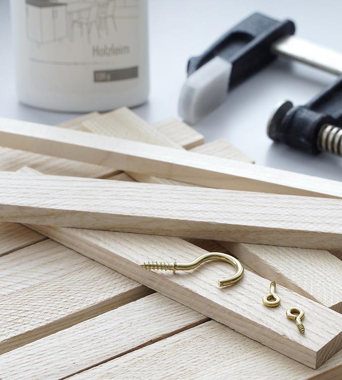 Holzleisten mit Schrauben, Holzleim und Schraubzwinge