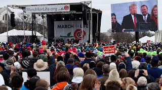 ترامب يقود آلاف الأمريكيين في مسيرة مناهضة للإجهاض بواشنطن