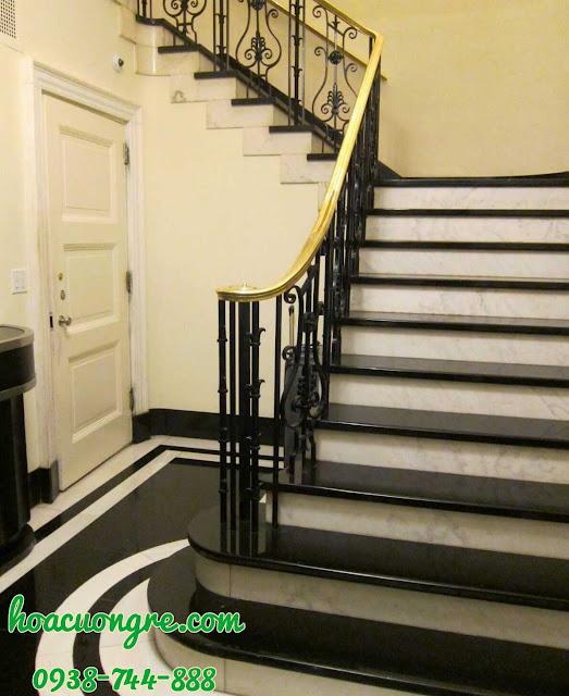 cầu thang ốp đá màu đen cổ đá trắng