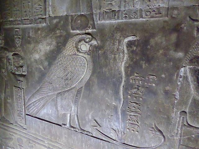 bassorilievo di Horus nella cripta del tempio di dendera