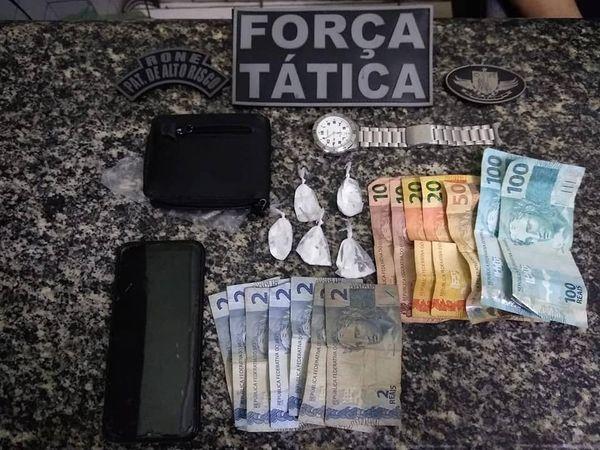 Pimenteiras: Homem preso pela Força Tática no centro da cidade com papelotes de cocaína