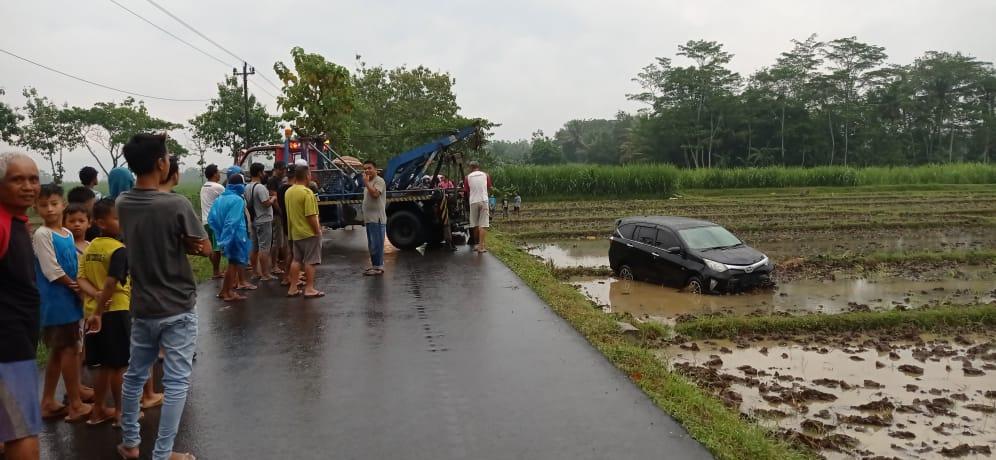 Astaga! Kecelakaan Lalu Lintas di Purbalingga Mobil Masuk Sawah