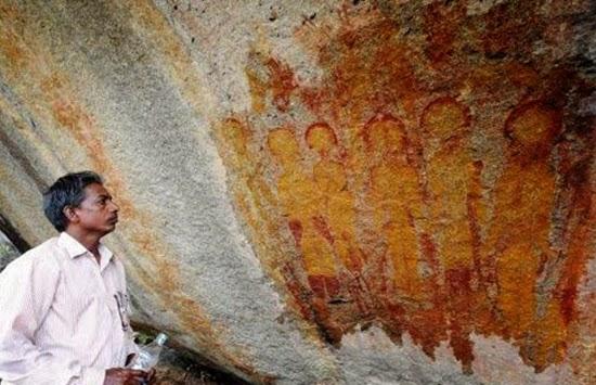 Lukisan Batu Kuno Berusia 10.000 Tahun Di India Menggambarkan Tentang UFO Dan Alien