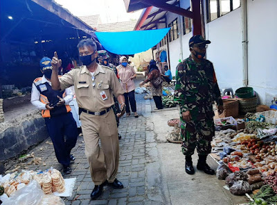 Tingkatkan Kedisiplinan Pengunjung Pasar, TNI Terus Beri Himbauan Penggunaan Masker
