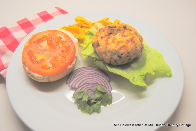 Green Chili Chicken Burgers With Green Chili Sauce