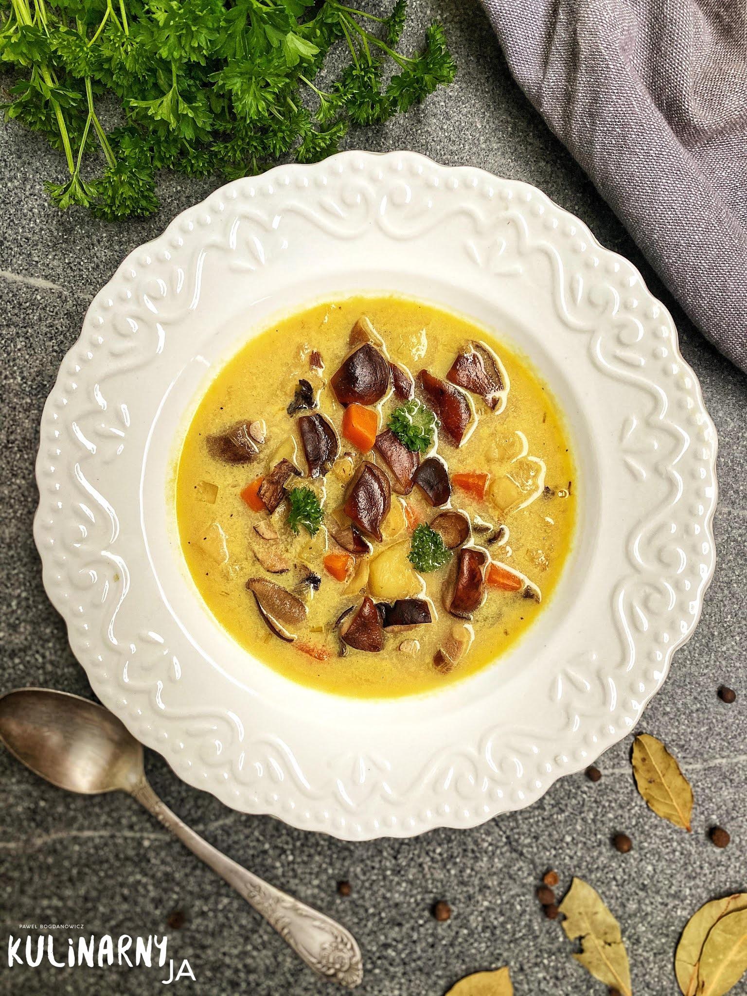 Zupa grzybowa z ziemniakami i kwaśną śmietaną