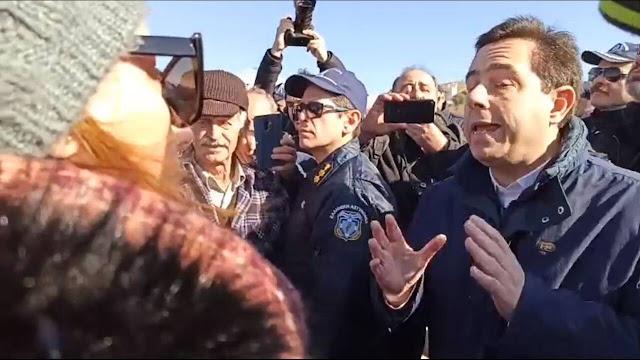 Έντονες αποδοκιμασίες και υβριστικά συνθήματα κατά του Μηταράκη στη Σάμο – VIDEO