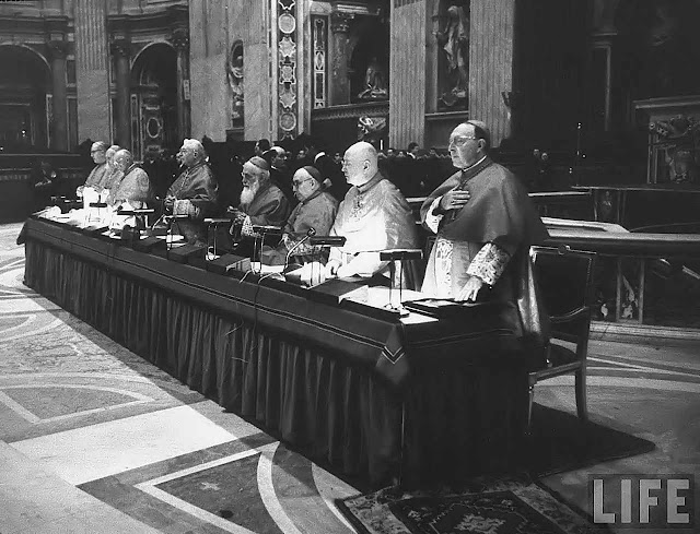 Vaticano II: mesa que presidia as sessões do Concílio.