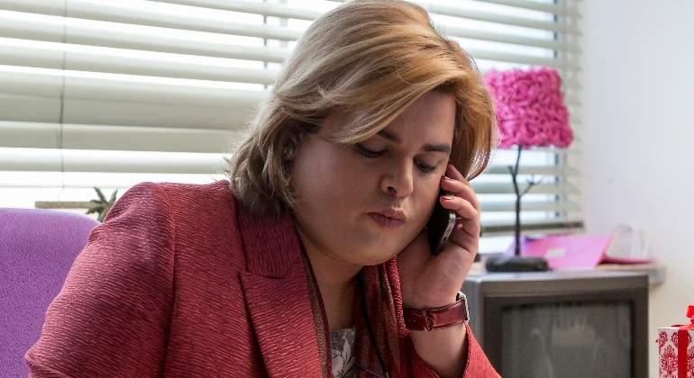 Paquita Salas en su oficina atendiendo una llamada de trabajo con su traje rosa