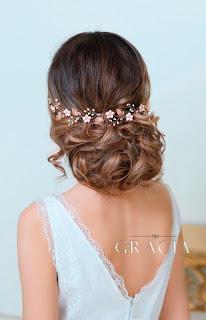cabello recogido y flores
