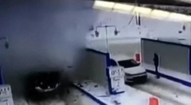 انفجار سيارة بعد لحظات من توقفها للتزود بالوقود