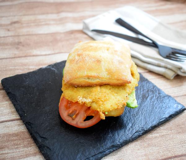 Bocadillo de Pollo Empanado, Aguacate y Tomate. Vídeo Receta