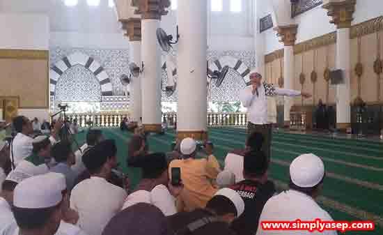TAUSYIAH : Ustad Habib Novel Bin Muhammad Al-Idrus yang terbang langsung dari Surabaya memberikan pencerahannya kepada para peserta Haflah Akbar 1 Mei 2010 di Masjid Raya Mujaidin (1/5). Foto Asep Haryono