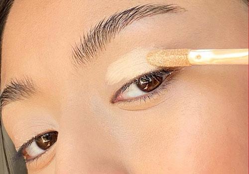 Maquillarse los ojos con prebase
