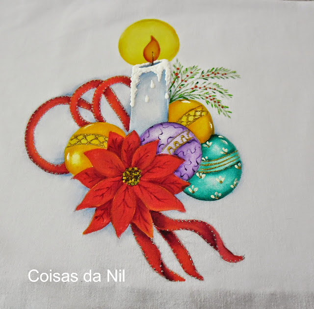 pano de copa com vela de natal,bolas, bico de papagaio e fita vermelha