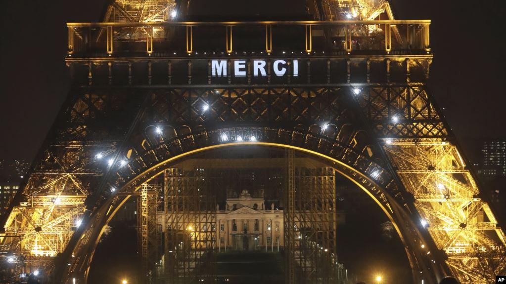 Un cartel luminoso en la Torre Eiffel que despliega la palabra