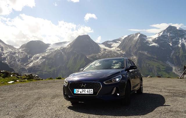 Hyundaii30 vor der Glocknergruppe, Berge, Österreich, Grossglockner Hochalpenstraße