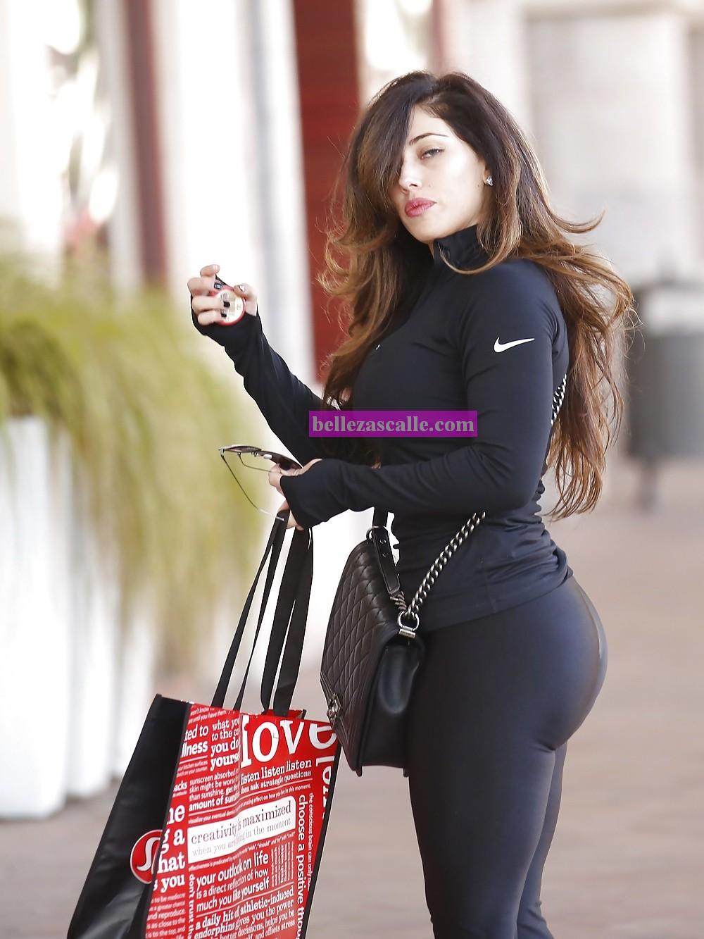 Culona de leggins negros en fila pagando claro - 1 part 1
