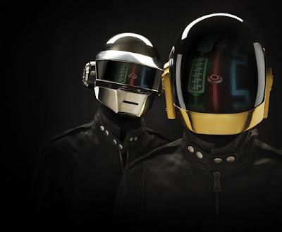 Dos personas con casco de robot