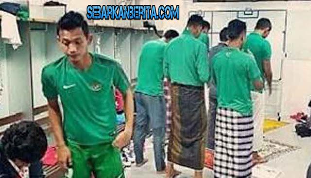 VIRAL - Foto Timnas sholat berjamaah di ruang ganti tuai pujian dari netizen