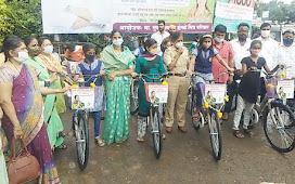 अनिता इंगळे यांच्याकडून सायकल मिळाल्याने विद्यार्थिनी झाल्या आनंदी; अजित पवारांच्या वाढदिवसानिमित्त उपक्रम