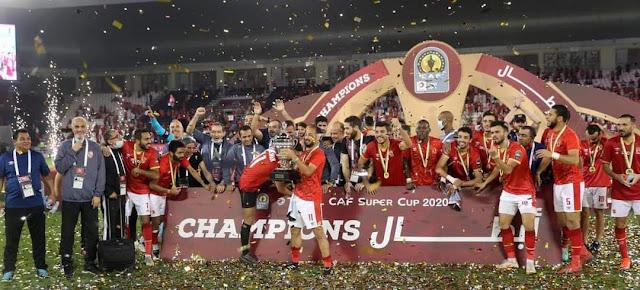 احتفال لاعبى الأهلى بالتتويج بكأس السوبر الأفريقى