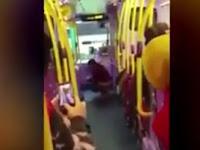 Wanita ini Tetap Santai Buang Hajat di Bus Meskipun Direkam dan Disaksikan Banyak Penumpang