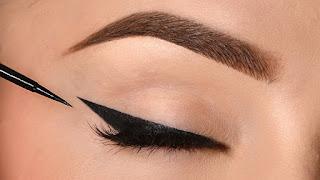 Menggunakan eyeliner Di Bawah mata