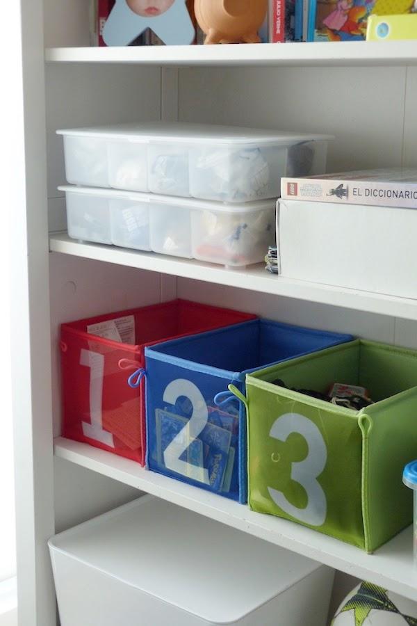 cajas numeradas para los juguetes y cajas grandes con tapa.