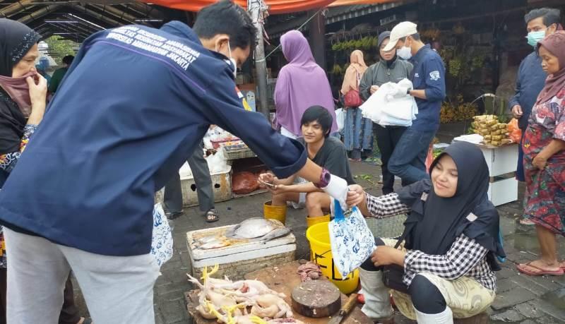 Gabungan BEM Jabodetabek Bagi-Bagi Masker Disambut Positif Oleh Pedagang Pasar