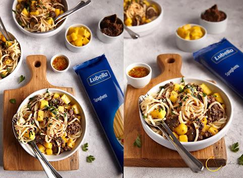 Spaghetti z domowym kebabem i mango
