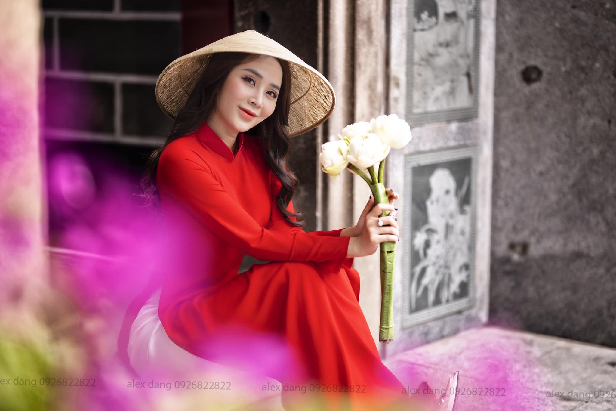 Ngắm hot girl Lục Anh xinh đẹp như hoa không sao tả xiết trong tà áo dài truyền thống - 2