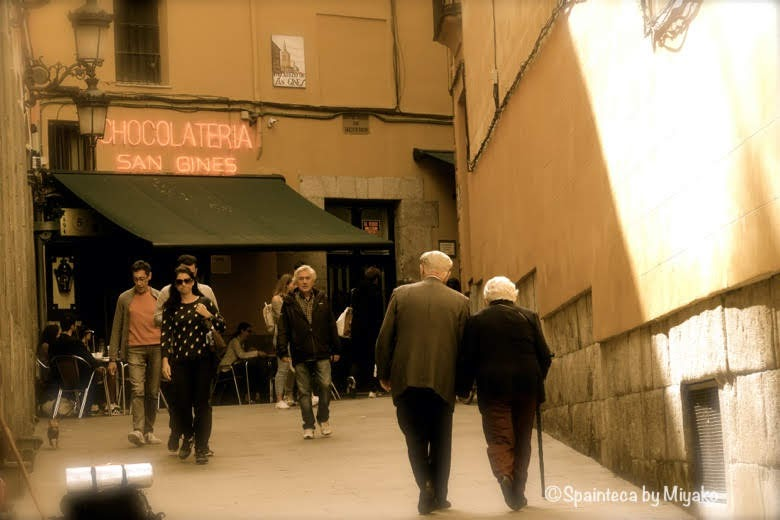 Chocolatería San Ginés マドリードの裏路地に佇むサンヒネスと仲良く歩く老夫婦
