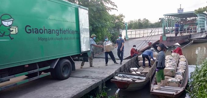 Nông dân xã An Nhơn, huyện Châu Thành, tỉnh Đồng Tháp liên kết với nhau tập kết nhãn chuyển lên xe để tiêu thụ tại các cửa hàng Bách hoá xanh. Ảnh: Hợp tác xã Nông sản an toàn An Hòa
