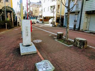 旧・東海道の石碑と商店街