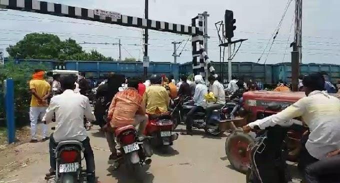 लोगों की राह का रोड़ा बना रेलवे फाटक, तेज धूप..लंबी कतार..  घण्टों इंतज़ार