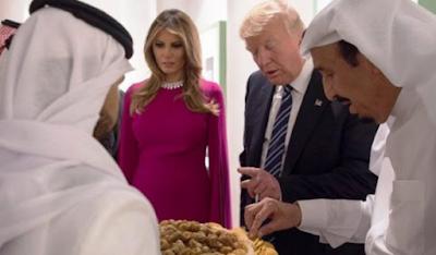 Minum Pakai Tangan Kiri, Donald Trump Ditegur Raja Arab, Tonton Videonya