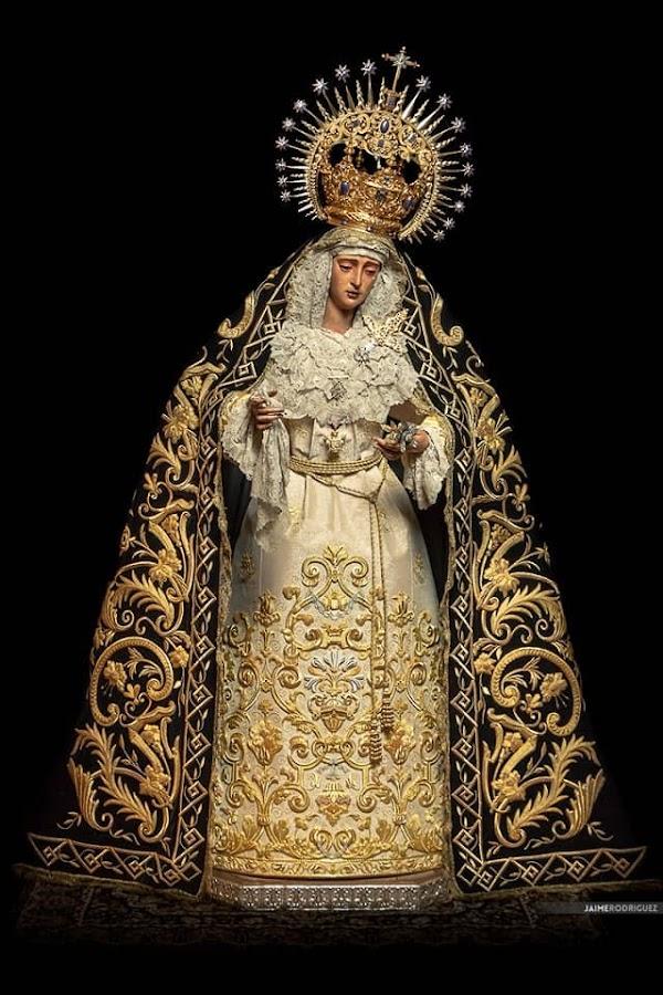 La Hermandad del Valle de Sevilla cuenta con una nueva saya diseñada por el onubense Gonzalo Navarro