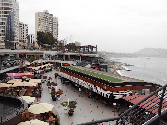 Centro comercial Larcomar en el malecón de Miraflores en Lima Perú