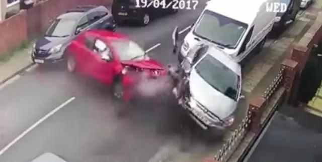 Έπεσε πάνω σε τέσσερα αυτοκίνητα κι ο συνοδηγός έφυγε ατάραχος με τον σκύλο του (vid)